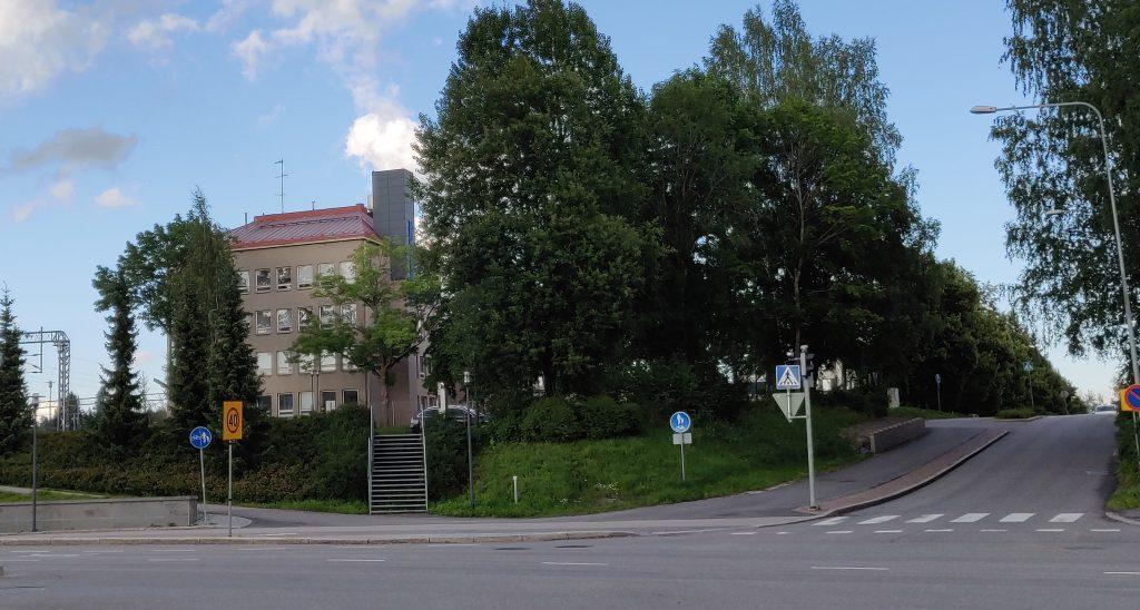 Moisionkadulla sijaitseva pysäköintialue ja toimistorakennus.