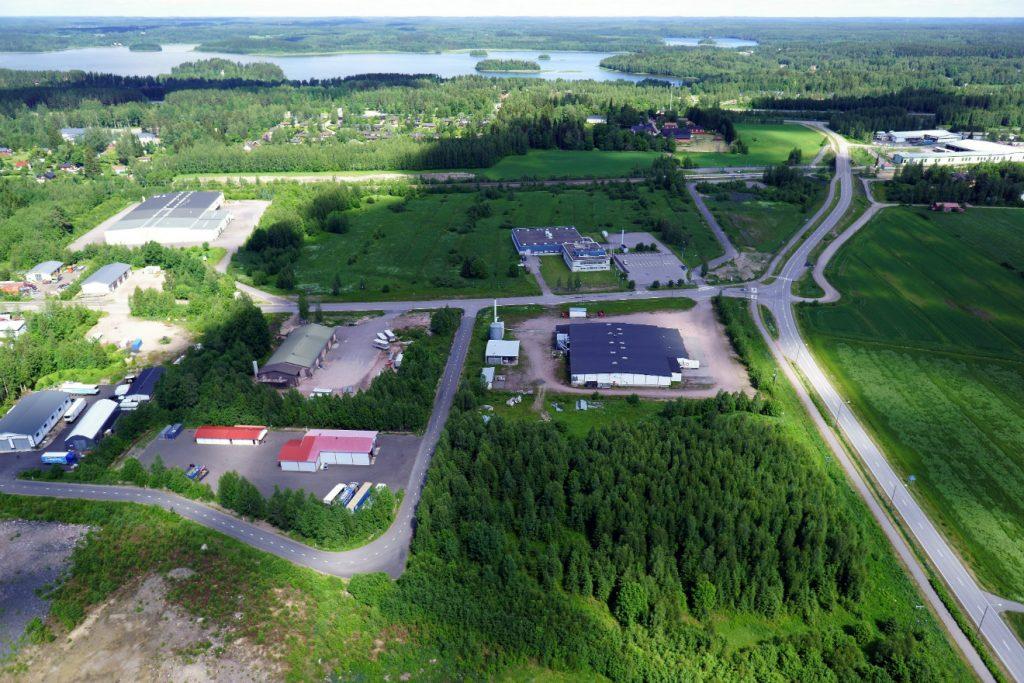 Ilmakuvassa Villähteen asemanseudulla sijaitsevia teollisuurakennuksia.