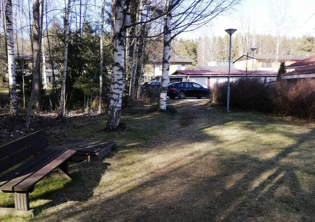 Suunnittelualueella sijaitseva rivitalo ja puistoaluetta.