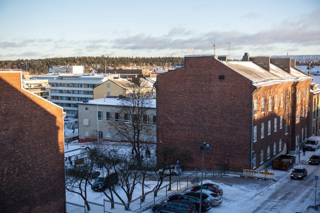Harjun koulun punatiilinen rakennus Harjukadulla.