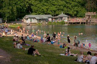 Ihmisiä nauttimassa päivästä Mytäjäisen uimapaikalla.