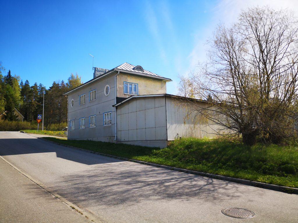 Lakkitehtaantien suunnittelualueella sijaitsee kaksikerroksinen vanha rakennus.