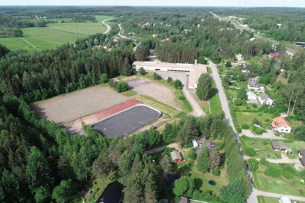 Männistön koulu ja vieressä sijaitseva urheilukenttä ilmakuvassa.