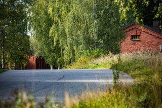 Tie Hennalan vanhalla kasarmialueella. Punatiilisen talon pääty.