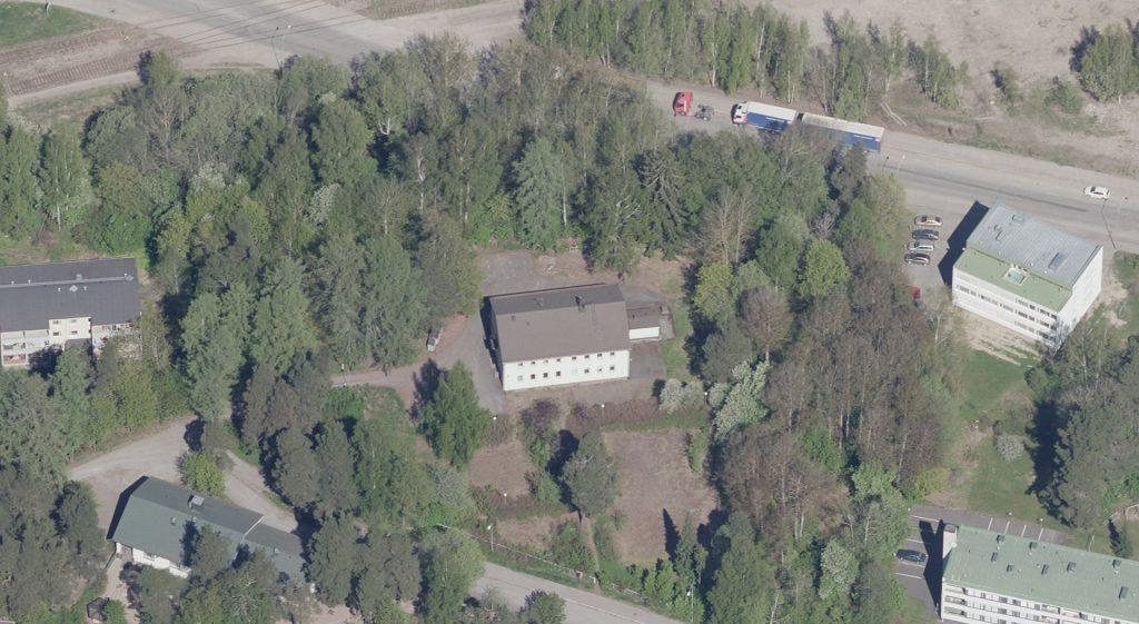 Tietotiellä sijaitsevan koulun ympärillä on pientaloja ja puustoa.