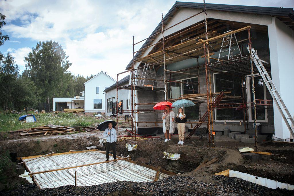 Puustisen perhe rakentaa taloa Jalkarantaan.