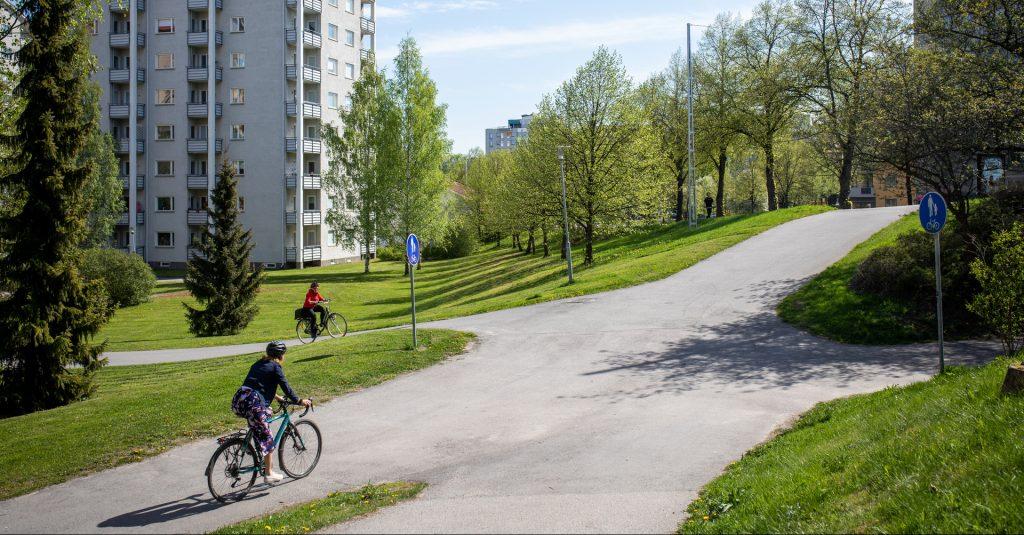 Pyöräilijöitä Hakatornien läheisyydessä.