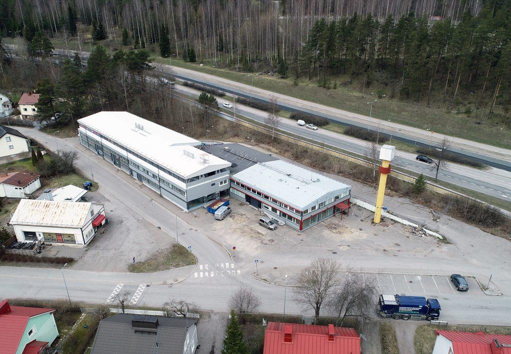 Okeroistentie 1:n tontilla sijaitsee teollisuusrakennuksia.