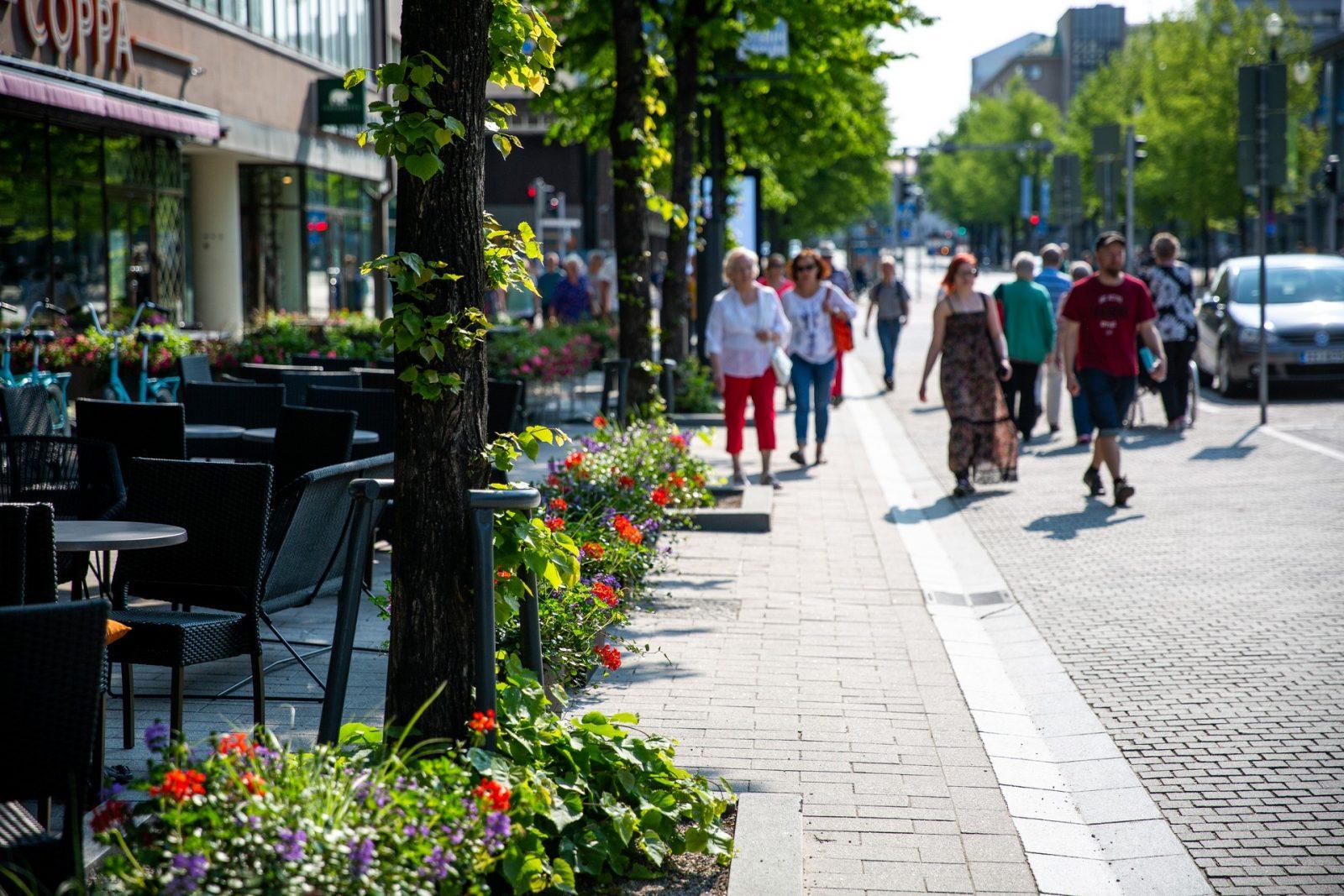 Kaupunkilaisia kävelemässä keskustan kävelykadulla.