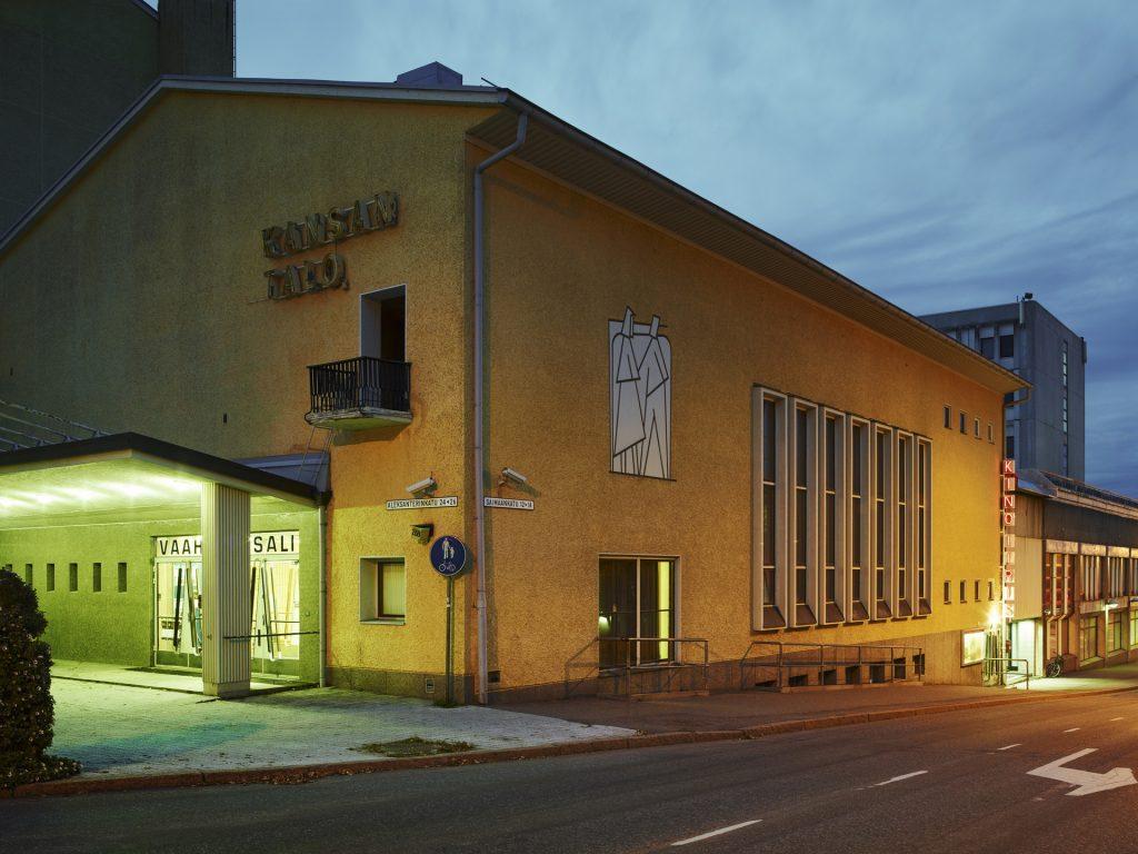 Keltainen kansantalo sijaitsee Saimaankadun ja Aleksanterinkadun risteyksessä.
