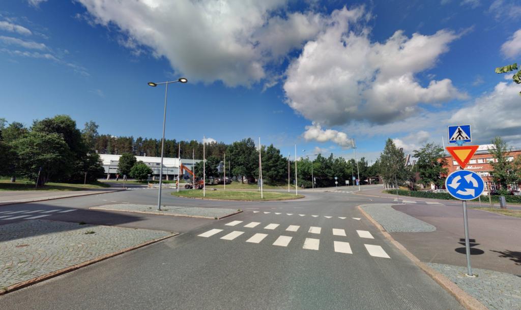 Kesäinen katunäkymäkuva liikenneympyrästä, Paasikivenkadun suunnasta.
