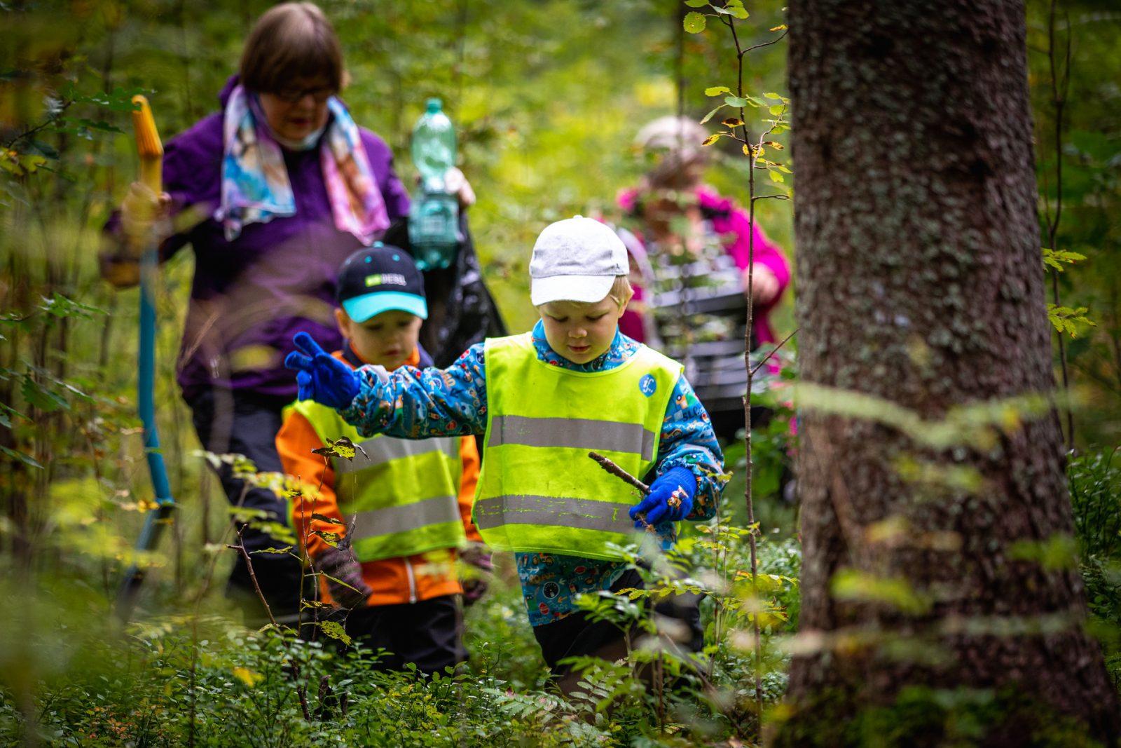 Ahtialan päiväkodin lapsia istuttamassa kuusentaimia ympäristöpääkaupunkivuoden kunniaksi