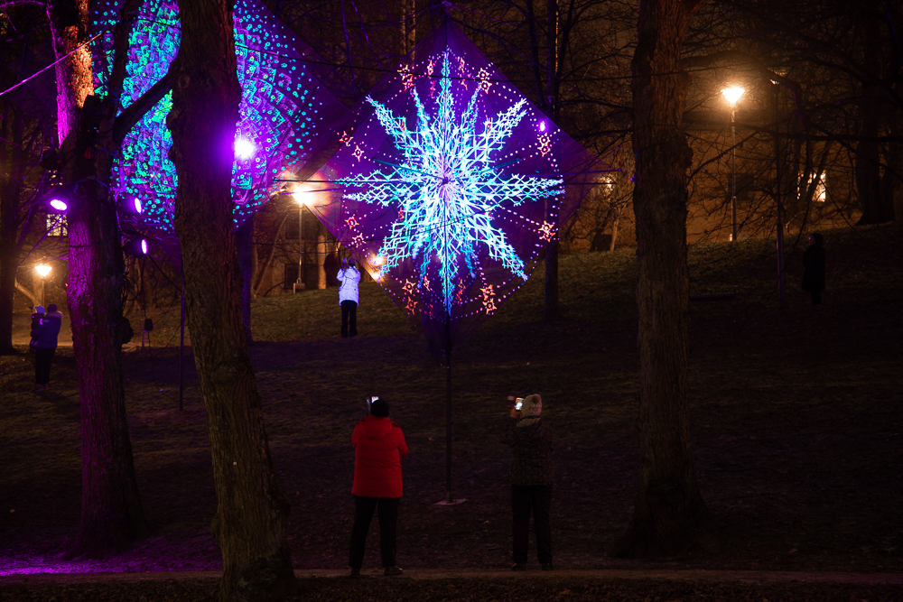 Väinö Hovilan puistotien tuntumassa Flowers of Life -taiteilijaryhmän valotaideteoksia.