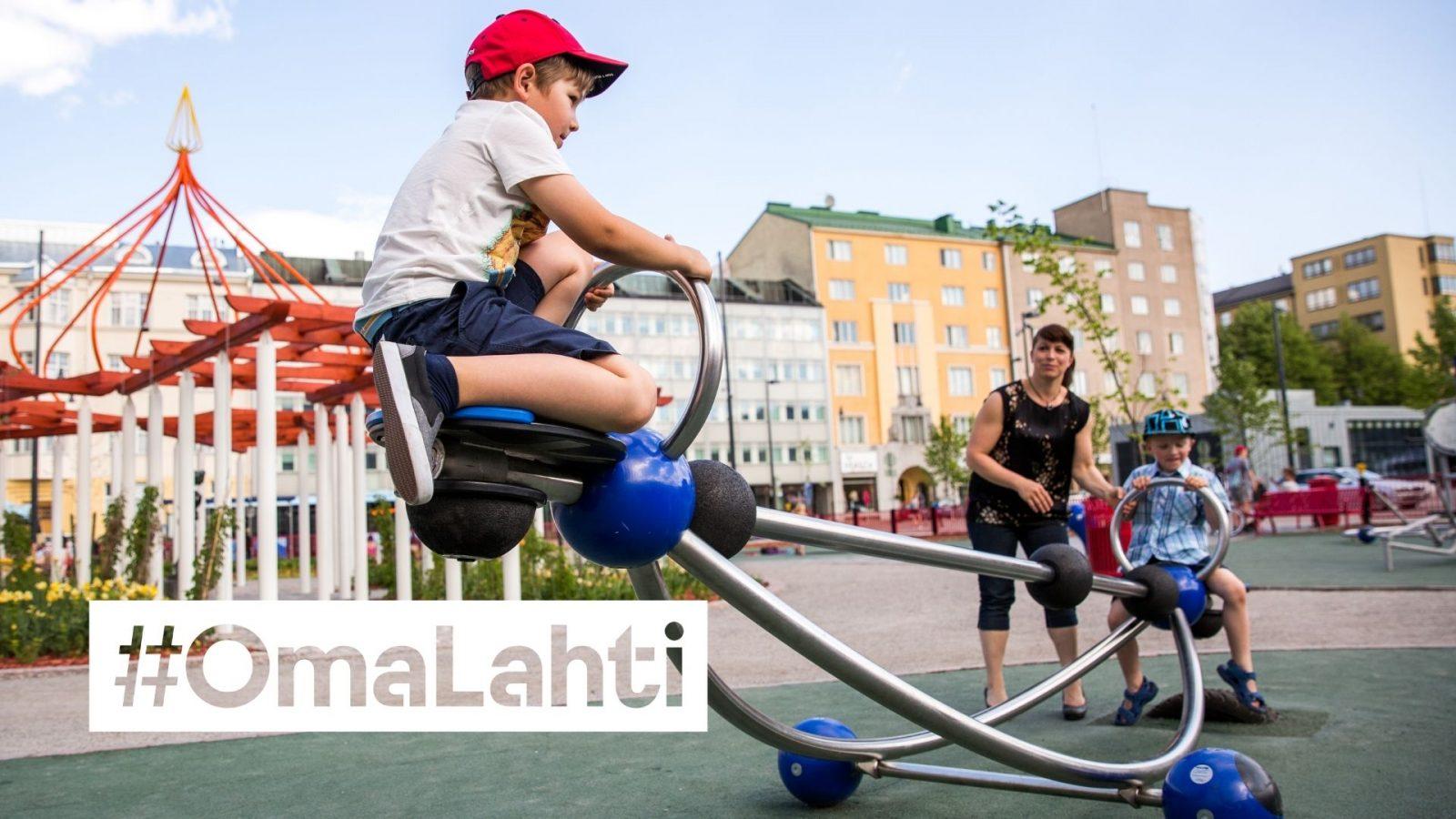 Lapsia keinulaitteessa alatorin puistossa.