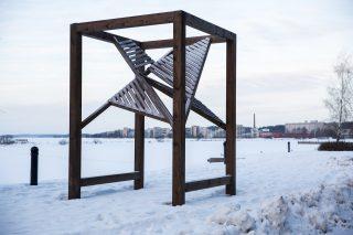 Teos sijaitsee Vesijärven rannalla Satamaraitilla. Teoksen vaakapuilla voi istuskella.