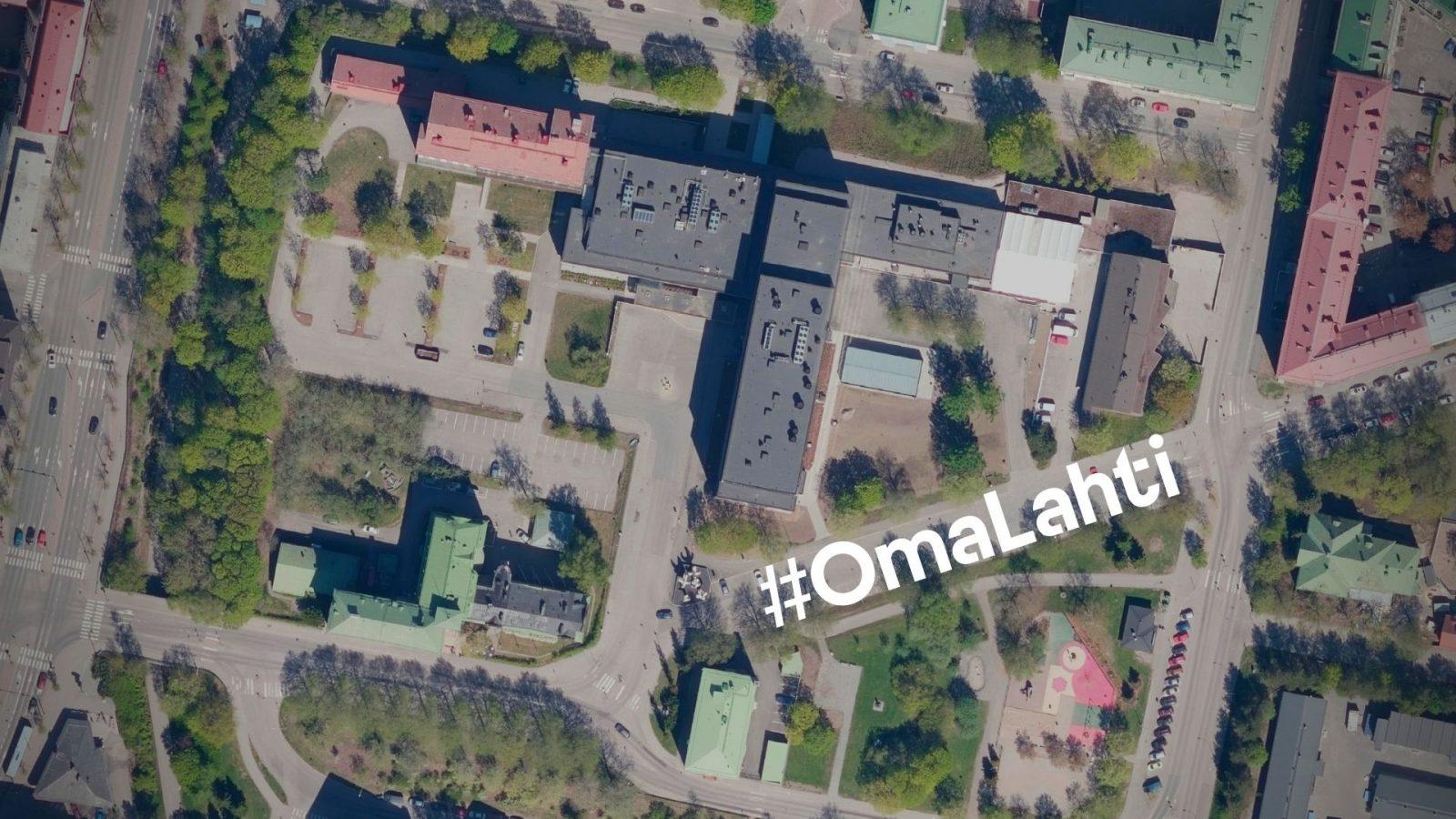 Kaupunginsairaala ja kansanopisto ilmasta kuvattuna. Ilmakuvan päällä teksti #OmaLahti.