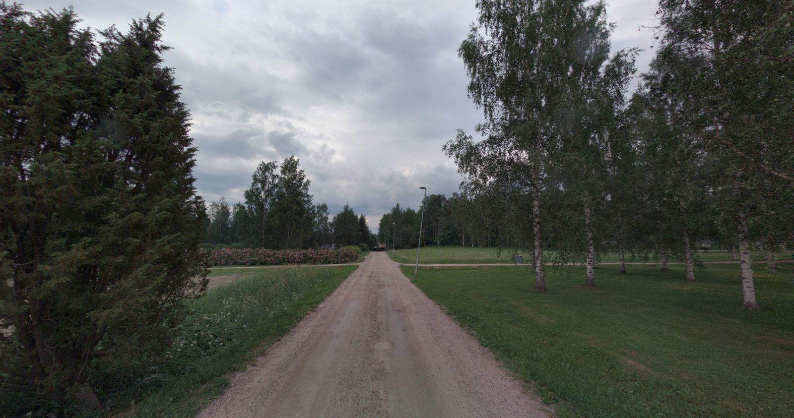 Näkymä Vanhankartanonpellon puistoalueelta puistoraittia pitkin pohjoiseen.
