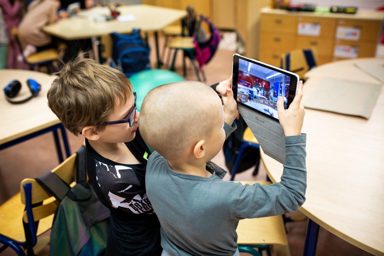 Renkomäen koululaisia oppitunnilla tabletti oppimisvälineenä