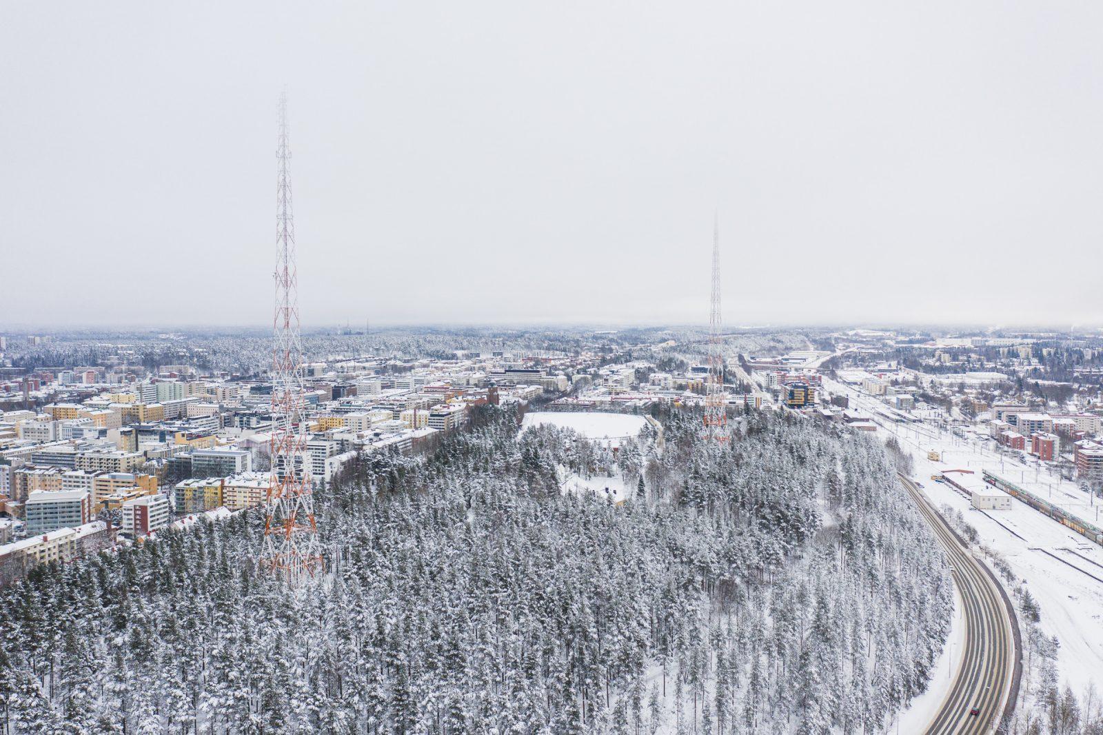 Mannerheiminkatu kulkee talvisen Radiomäen viertä Mytäjäisistä Matkakeskukselle.