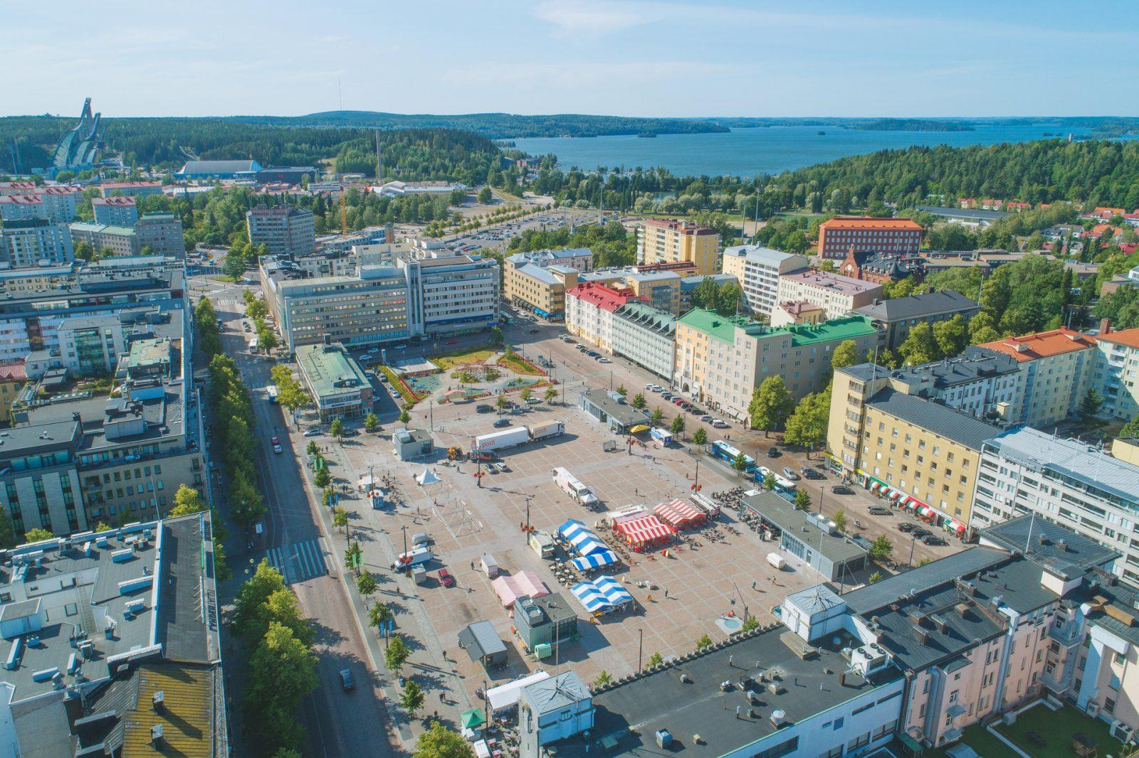 Ilmakuva Lahden torista. Taustalla näkyy Vesijärvi.
