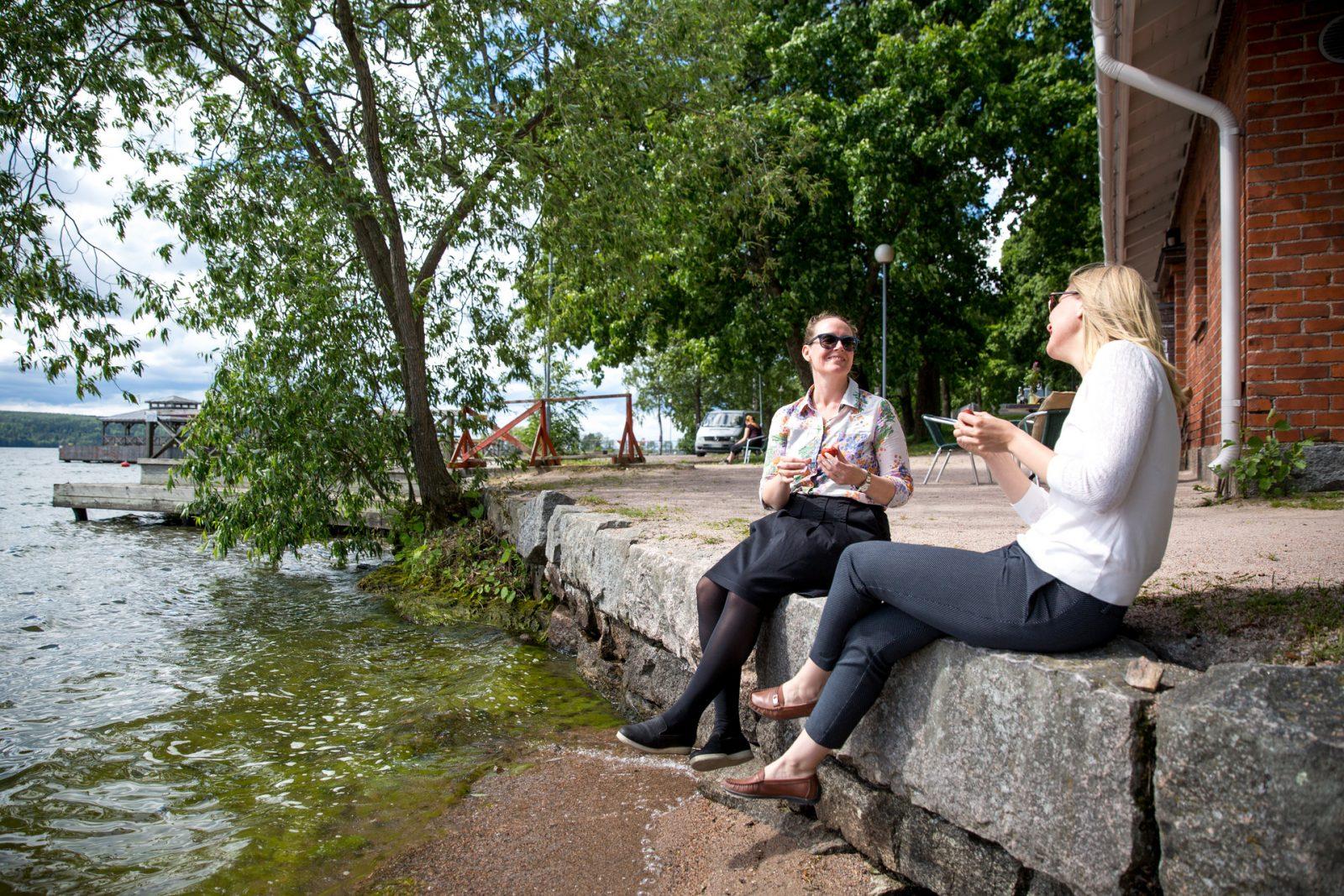 Ystävät viettävät aikaa Mukkulan rannassa.