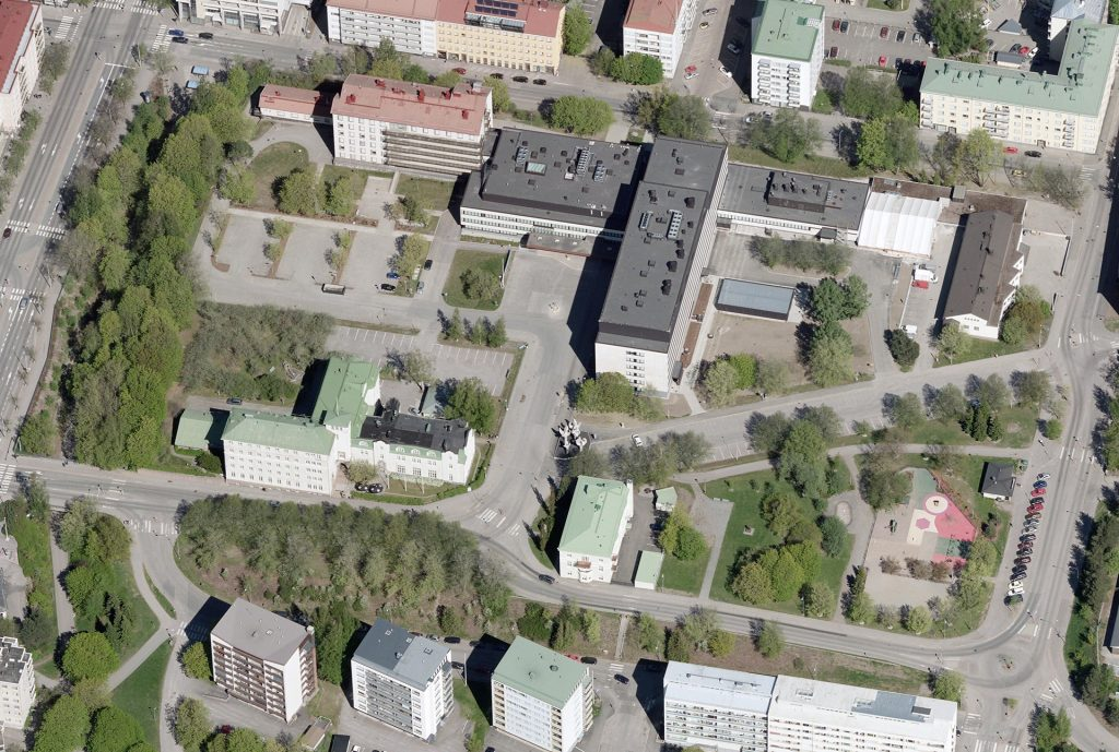 Sairaalanmäellä sijaitsee kaupunginsairaala sekä entinen kansanopisto.