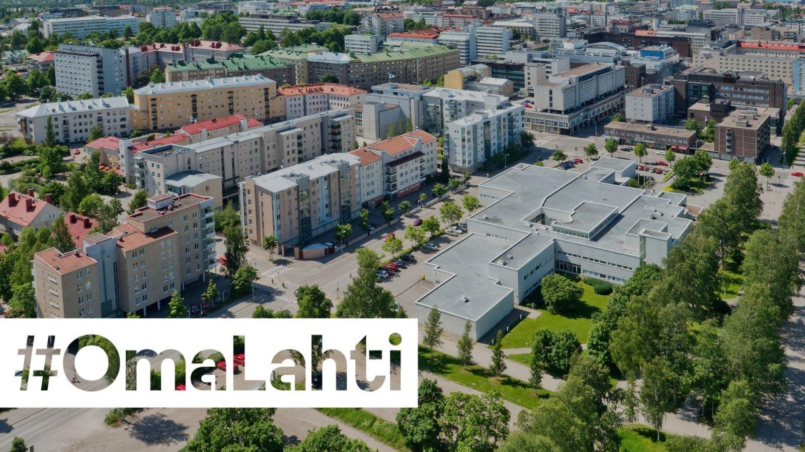 Pääkirjaston aluetta ja keskustaa. Kuvan päällä teksti #OmaLahti.