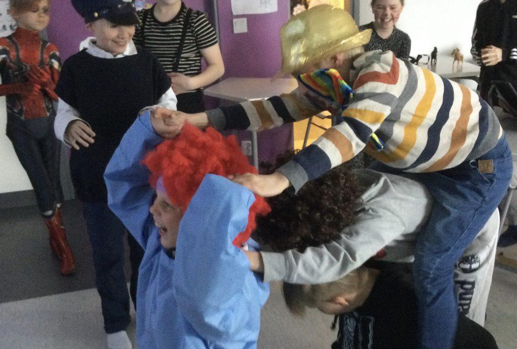 Oppilaat rakentavat ihmisfillaria