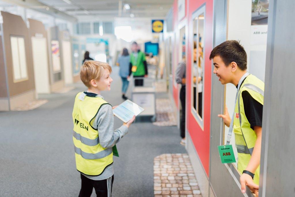 Kuudesluokkalaiset työskentelevät päivän valitsemassaan ammatissa