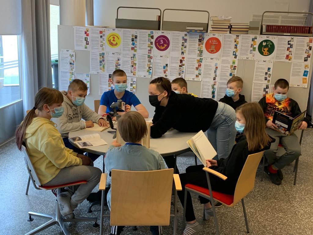 Kärpäsen koulun 5ab-luokka_Ylen uutisluokka uutistyössään