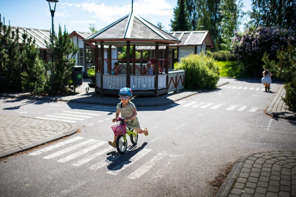 Perhepuistossa on lapsille liikennepuisto