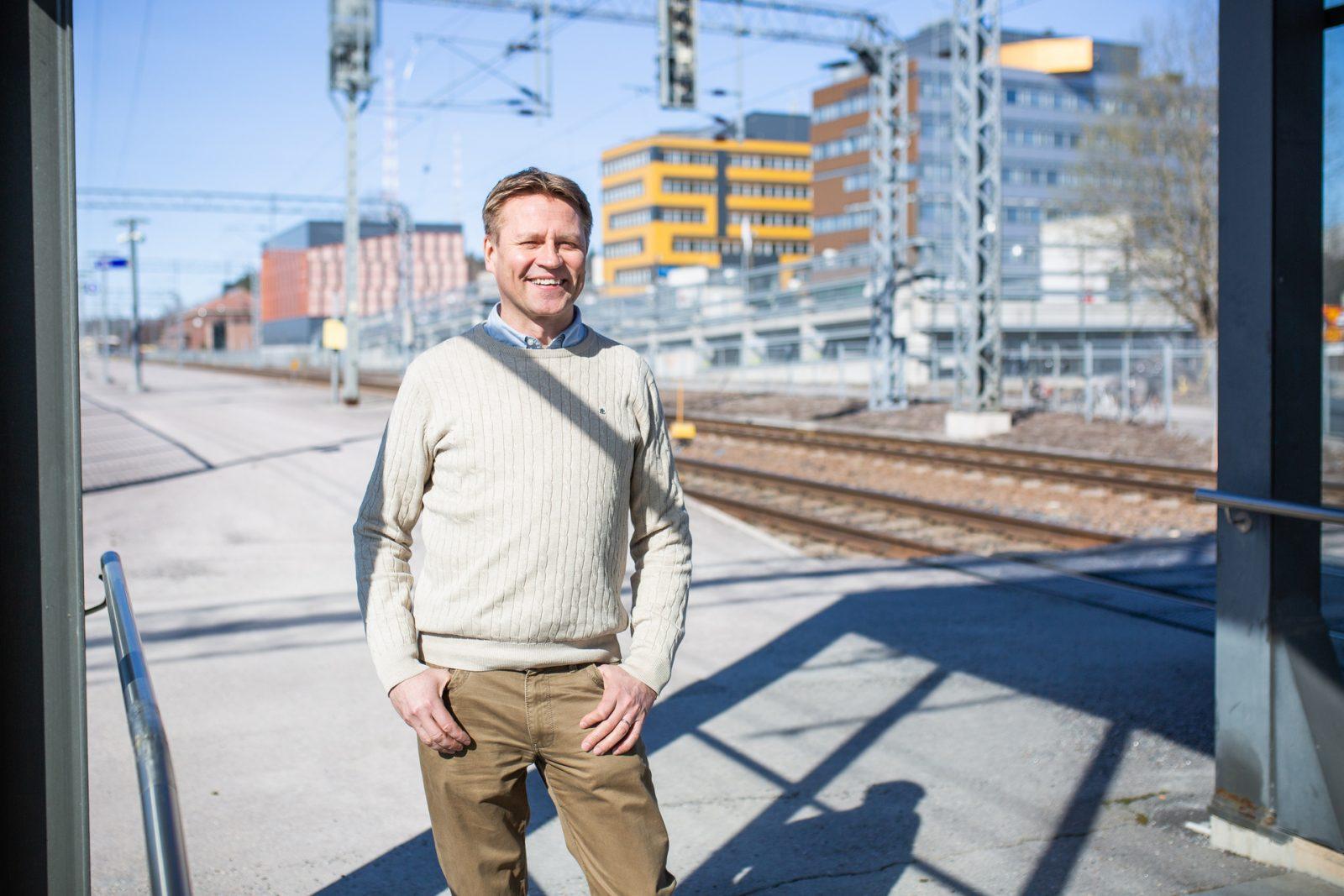 kaupungingeodeetti Juha Helminen seisoo radan varrella