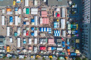Kuukausimarkkinat vetävät väkeä keskustaan
