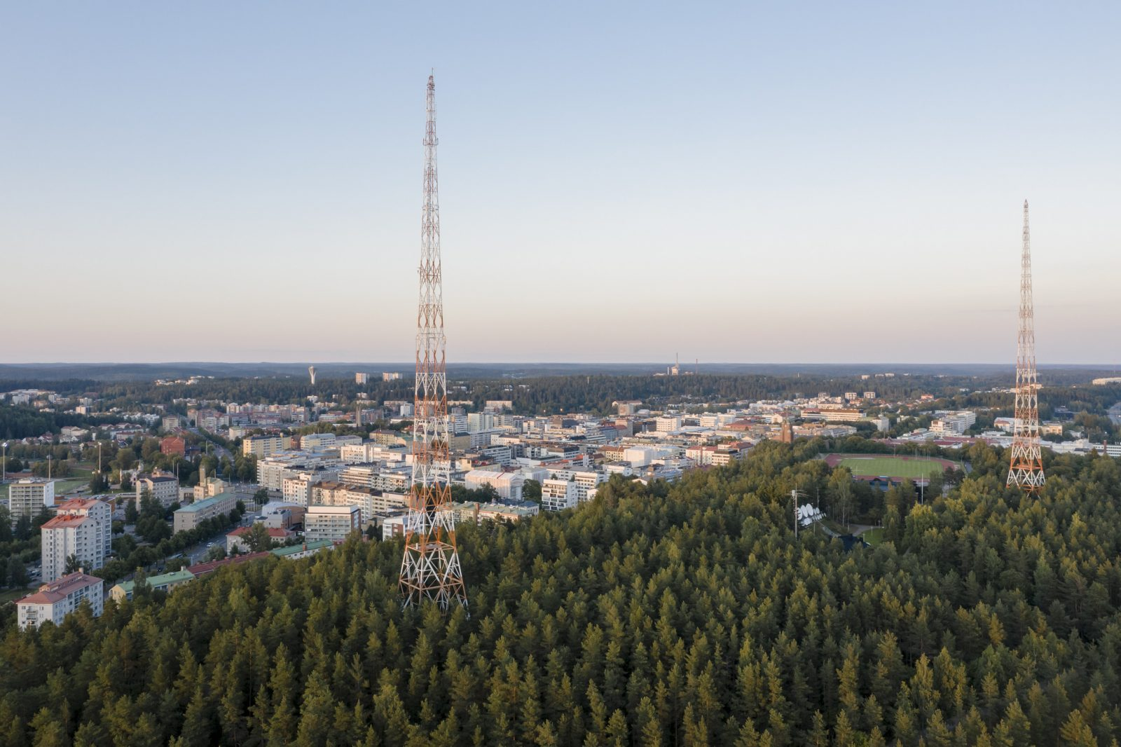 Ilmakuvassa Lahden radiomastot