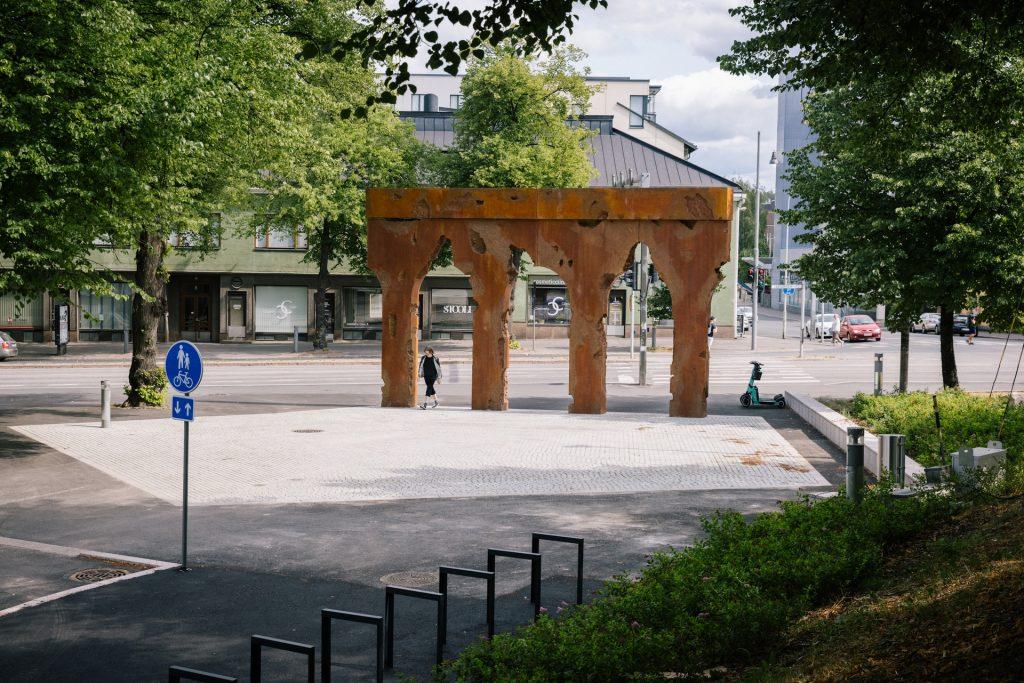 Kylän portti teoksen alta voi kävellä portista sisään.