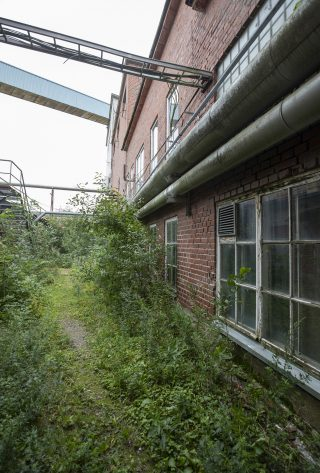 UPM:n tehtaan alueella on punatiilirakennusten ympäröimiä sisäpihoja.