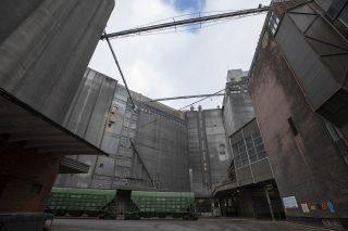 Korkeiden teollisuusrakennusten väliin jää sisäpiha.