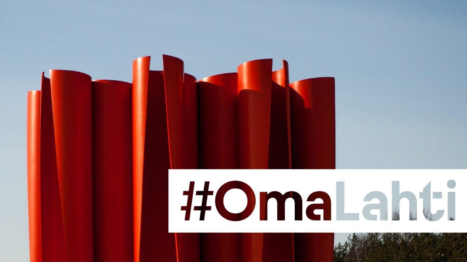 Kuvassa on punainen Upokas-taideteos, jonka on suunnitellut Risto Pentikäinen. Kuvan päällä on tunnus #OmaLahti.